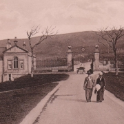 Black and white photo of Duff House entrance gates, with horse and cart and two well dressed ladies